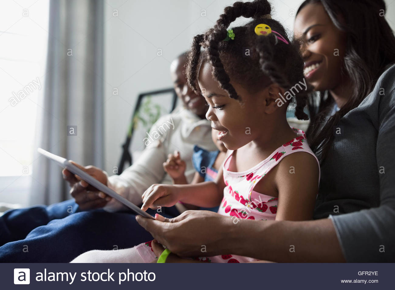 Jeune famille using digital tablet Photo Stock
