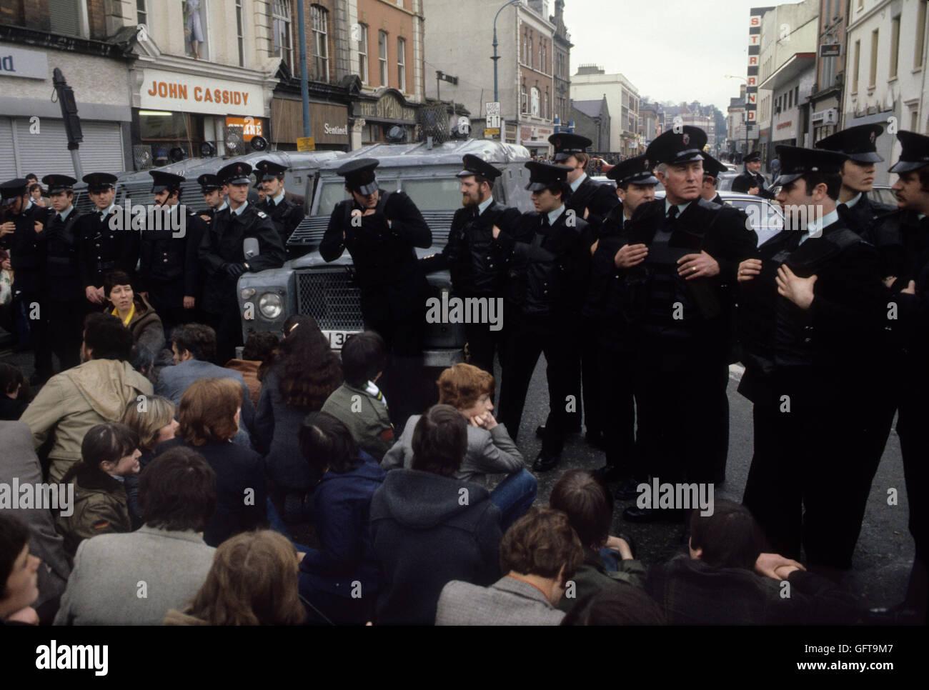 Les troubles des années 1980 Belfast s'asseoir en centre-ville. 1981.80s UK HOMER SYKES Photo Stock