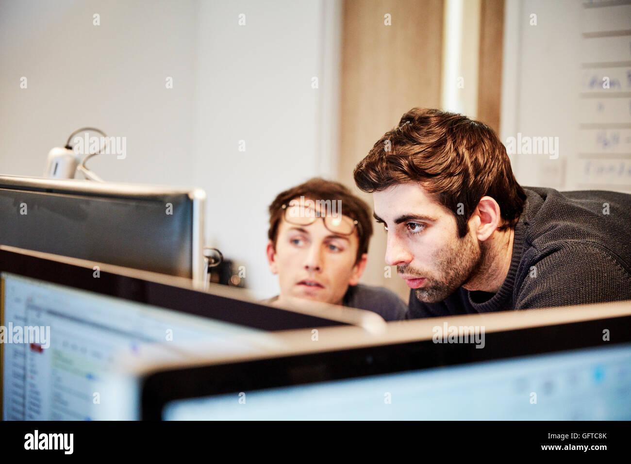 Un atelier de meubles ,deux personnes discutant un dessin faisant référence à des dessins et d'ordinateurs Photo Stock
