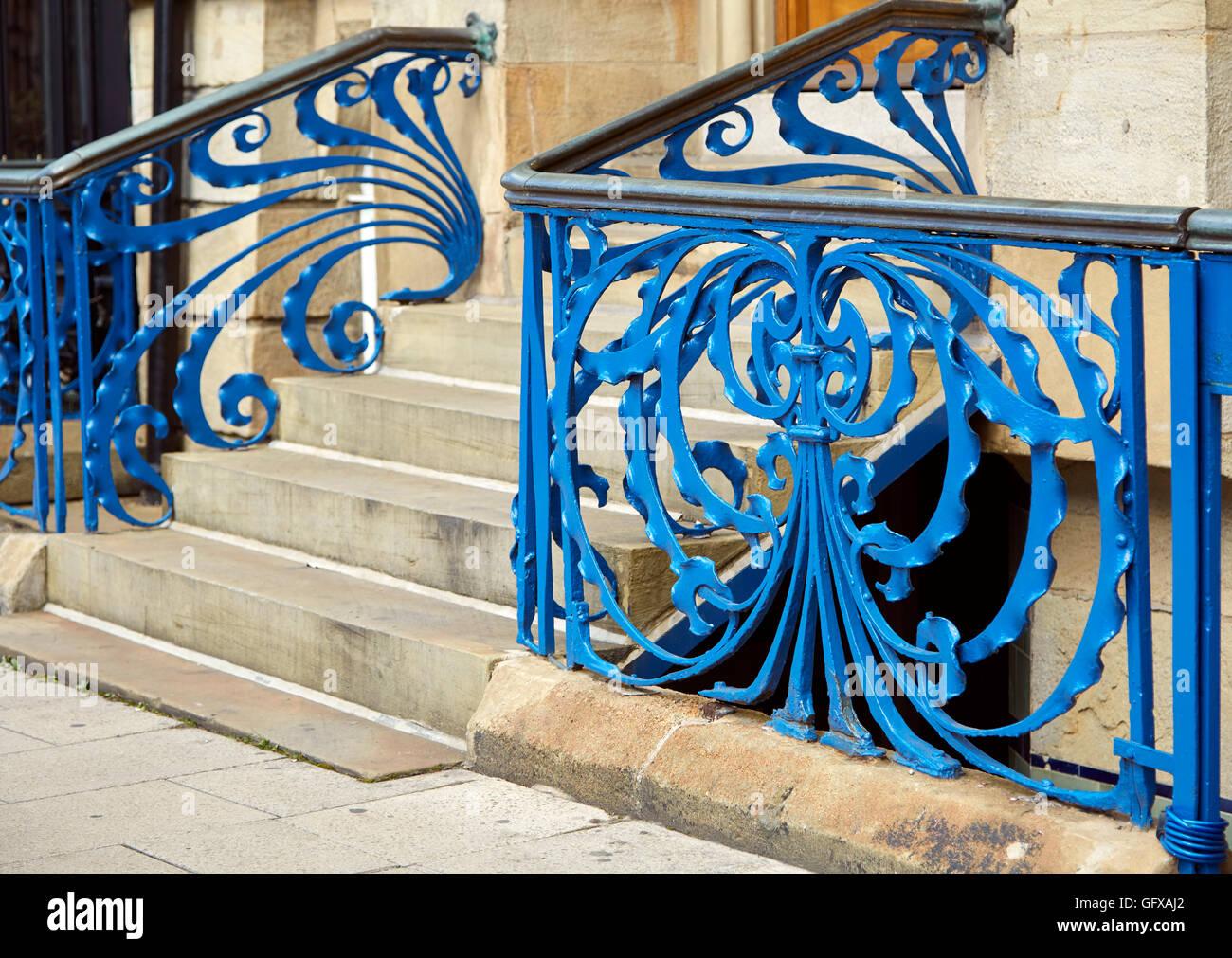 Peint bleu en fer forgé art nouveau rubans tourbillonnantes avec