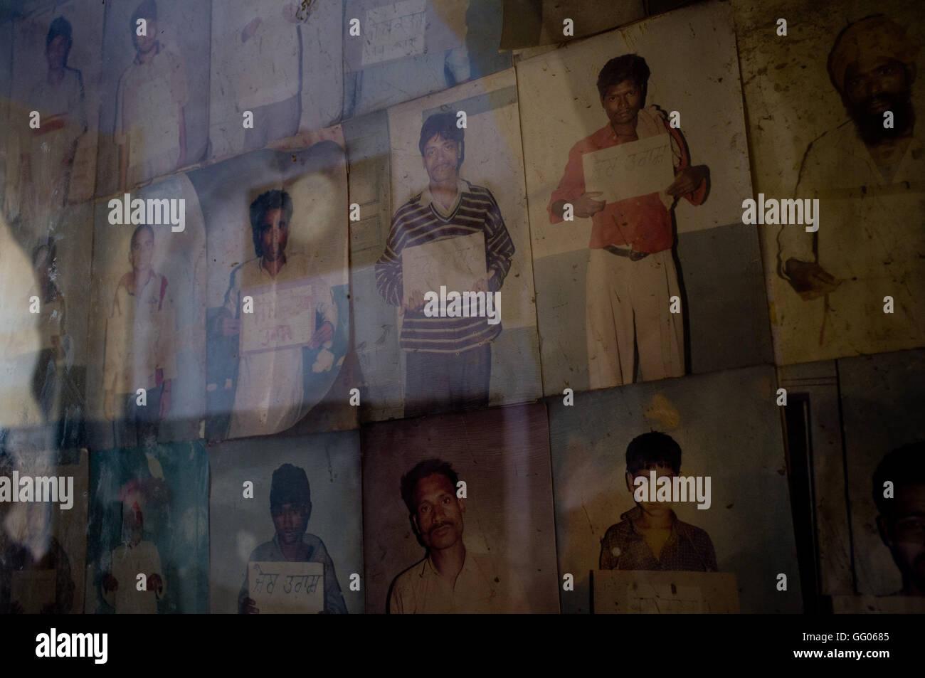 Amritsar, Punjab, en Inde. 12 mai, 2013. Image - Fichier d'affichage montrant les criminels vu au Golden Temple Banque D'Images