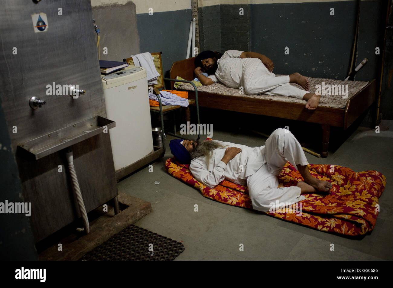 Amritsar, Punjab, en Inde. 12 mai, 2013. L'image de fichier - Deux hommes dorment à l'intérieur du complexe Golden Banque D'Images