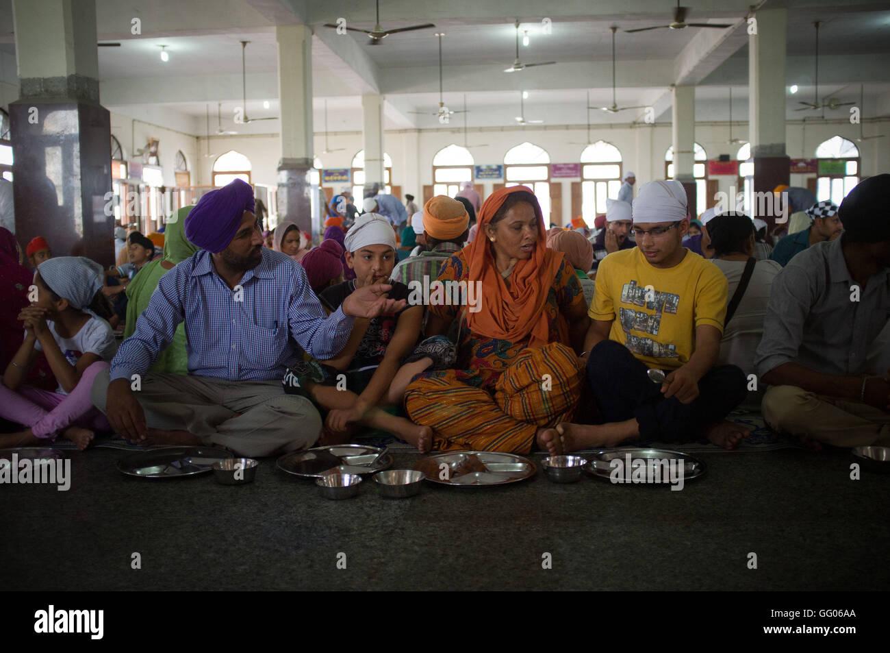 Amritsar, Punjab, en Inde. 12 mai, 2013. L'image de fichier - famille Sikh prêt à manger à la cantine du Temple Banque D'Images