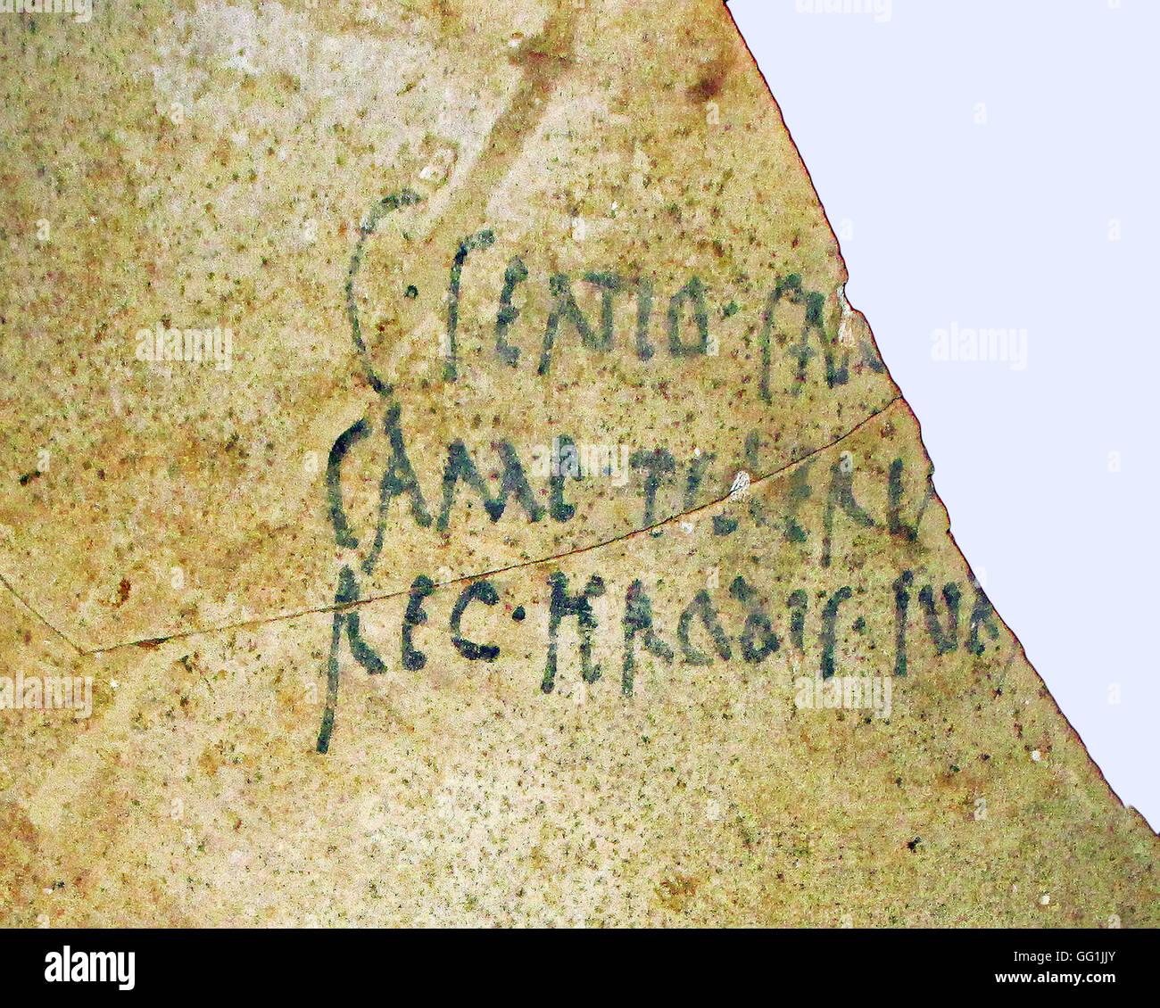 5875. Inscription latine sur une cruche de vin (amphora) indiquant que le vin a été acheté par le Photo Stock