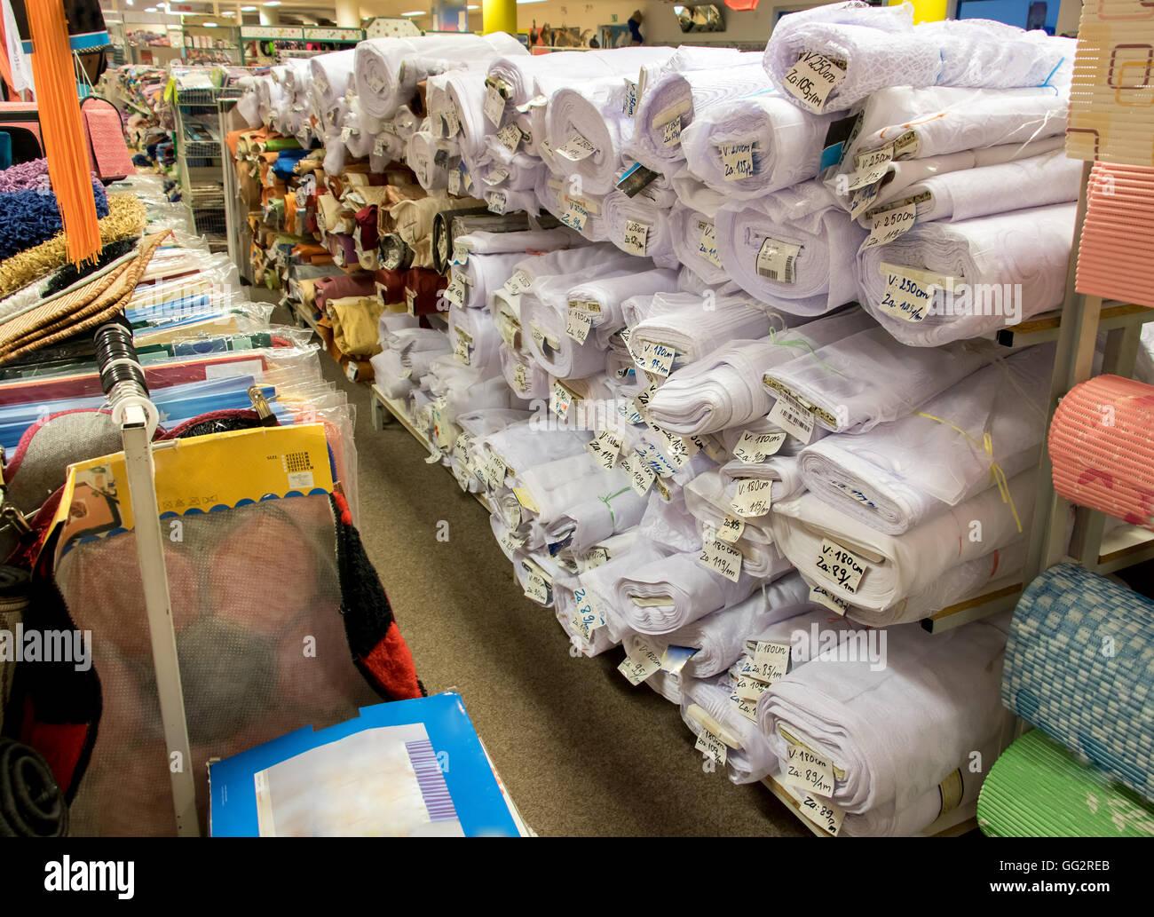Rouleaux de tissus dans un magasin. Différents motifs textiles sur les  étagères de magasin. 9b91148cdd2