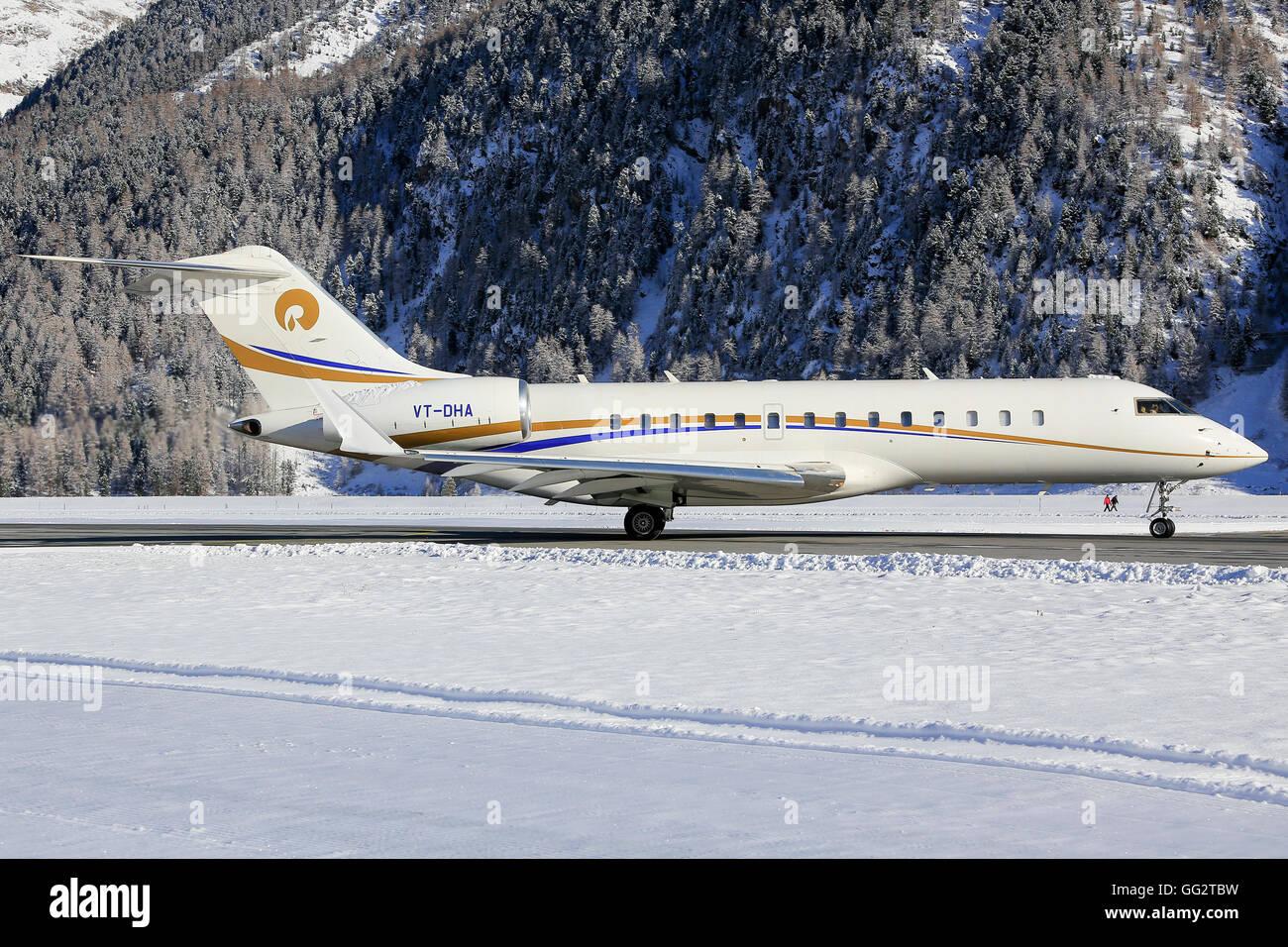 Businessjet loin de son port d'attache à l'aéroport de Samedan Engadin/Suisse 03.01.2016 Photo Stock