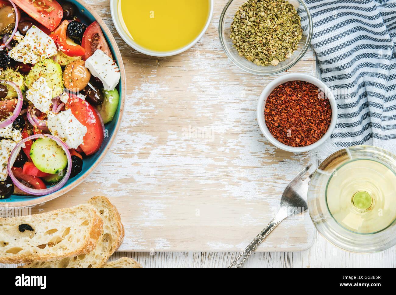 Salade grecque avec de l'huile d'olive, du pain, des herbes et du vin blanc Photo Stock