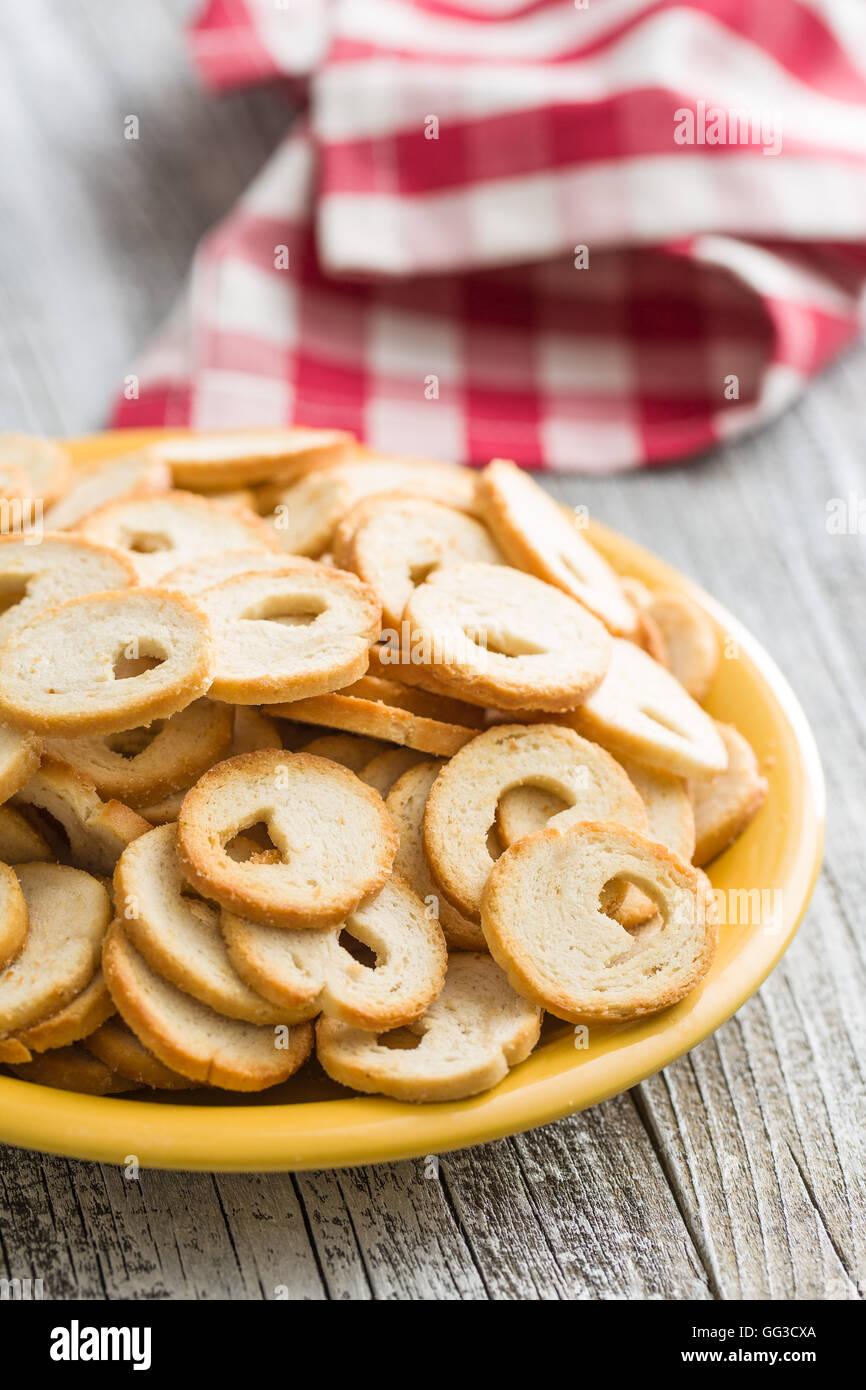 Le mini chips de pain sur une plaque. Photo Stock