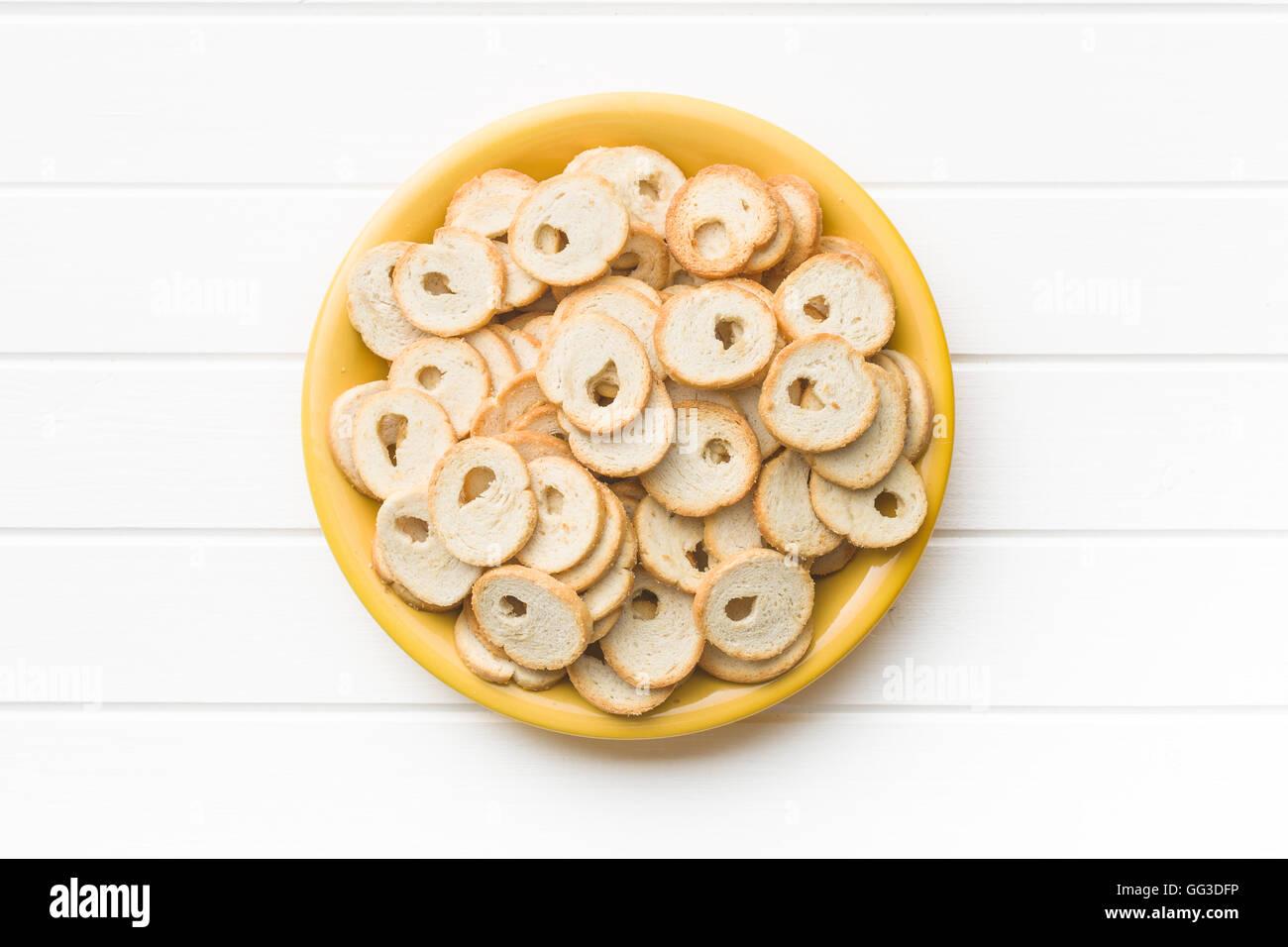 Le mini chips de pain sur une plaque. Banque D'Images