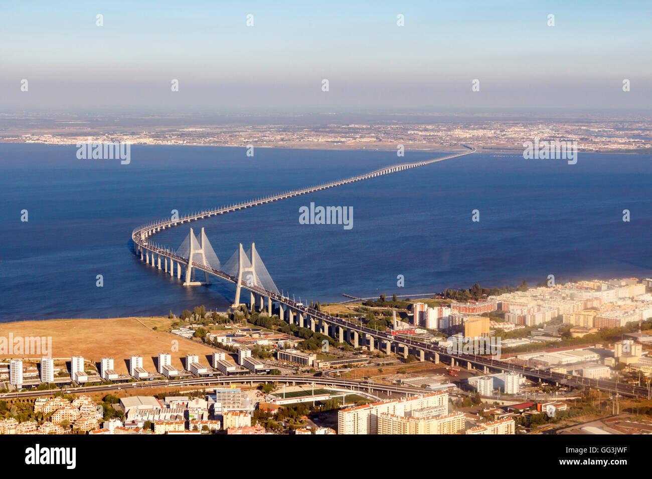 Le pont Vasco da Gama est un pont à haubans flanquée de viaducs et rangeviews qui enjambe le Tage dans la région de Parque das Na Banque D'Images