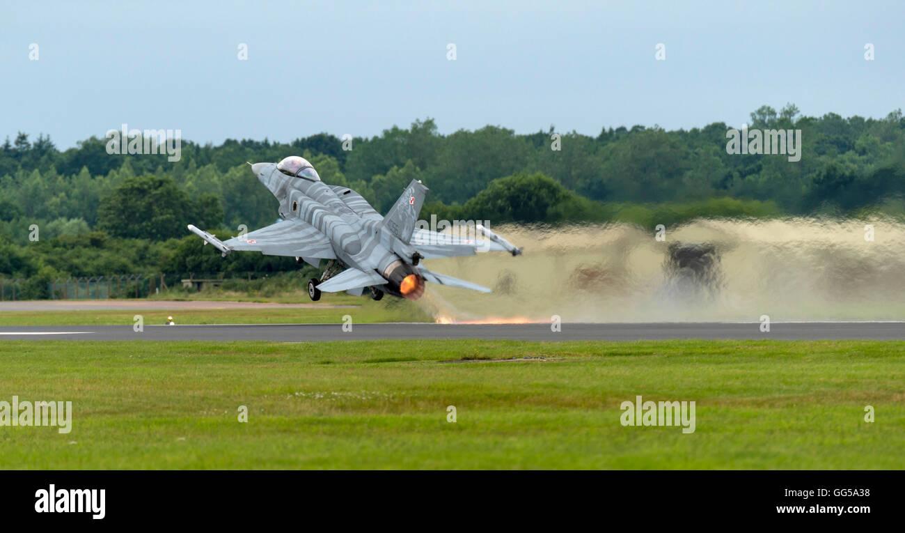 LM F-16C Fighting Falcon Polish Air Force 'Tiger' de l'équipe de démo au Royal International Air Tattoo 2016 Banque D'Images