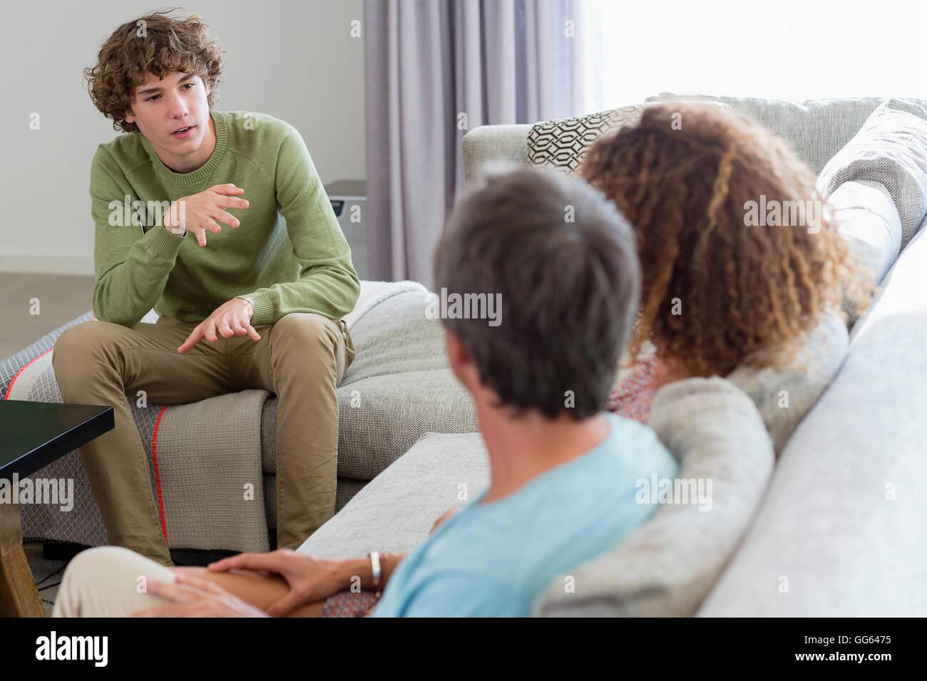 Parler de la famille dans une salle de séjour à la maison Photo Stock