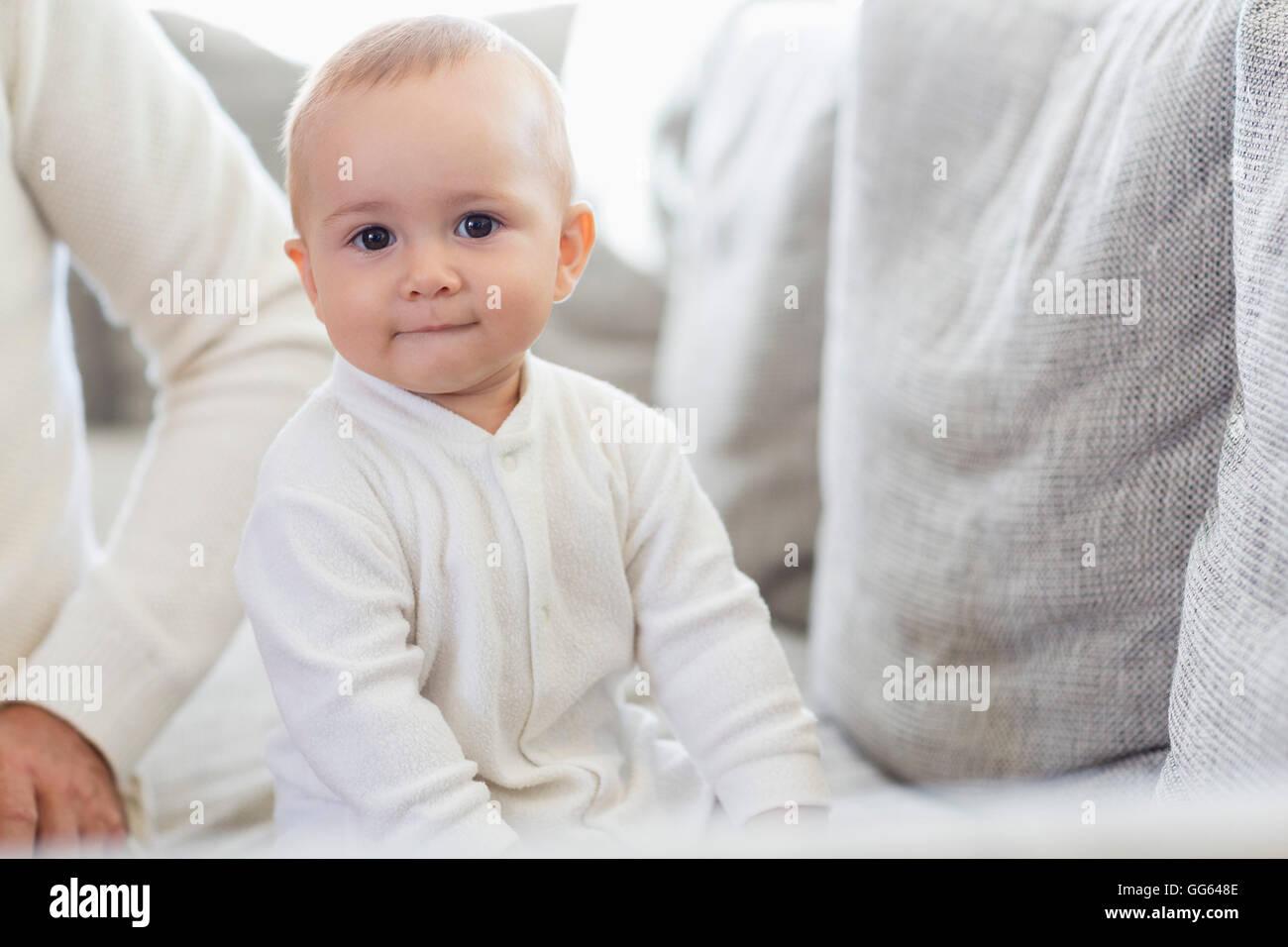 Happy baby girl avec son père sur la table Photo Stock