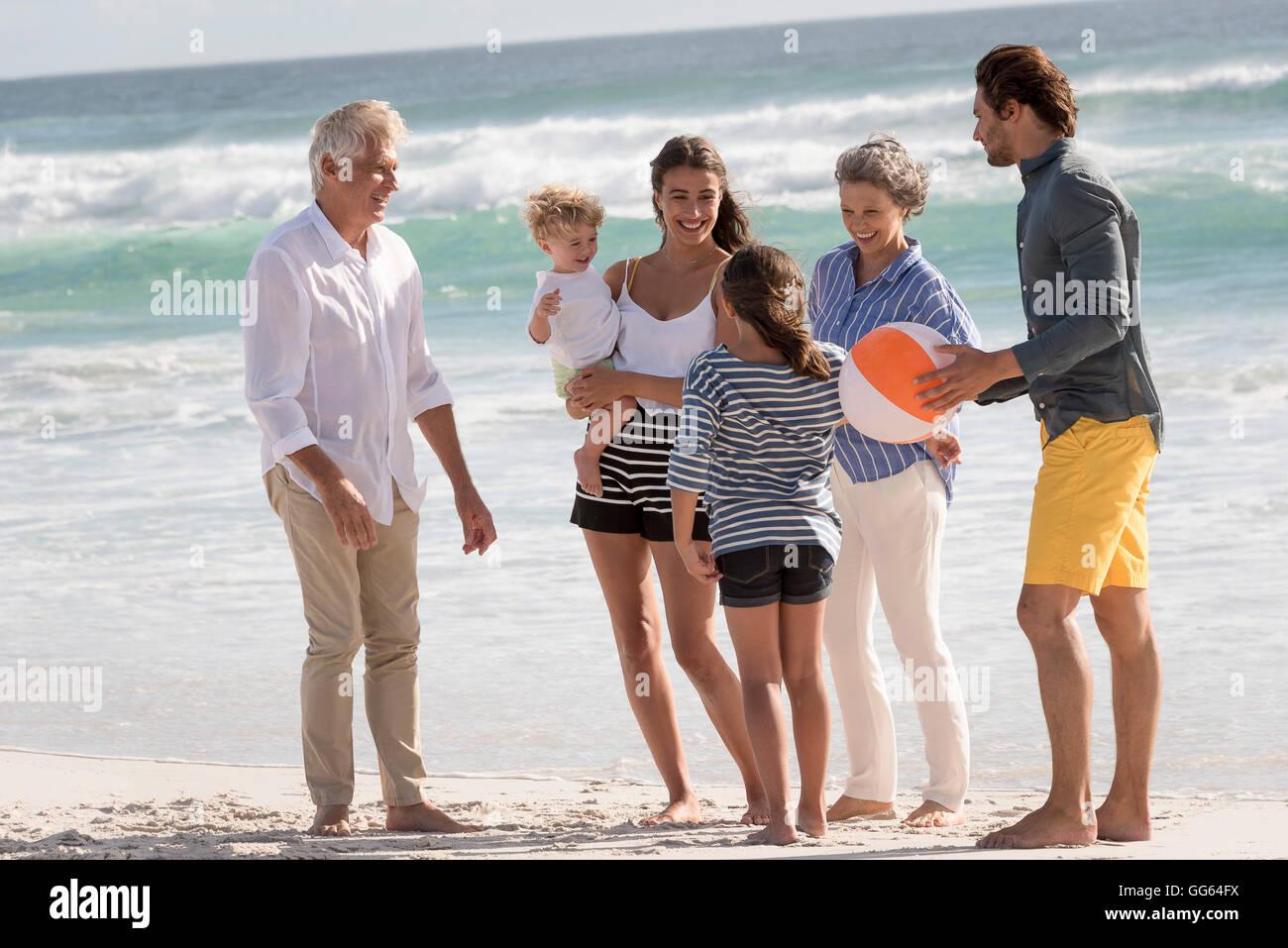 Professionnels multi-generation family on beach Photo Stock