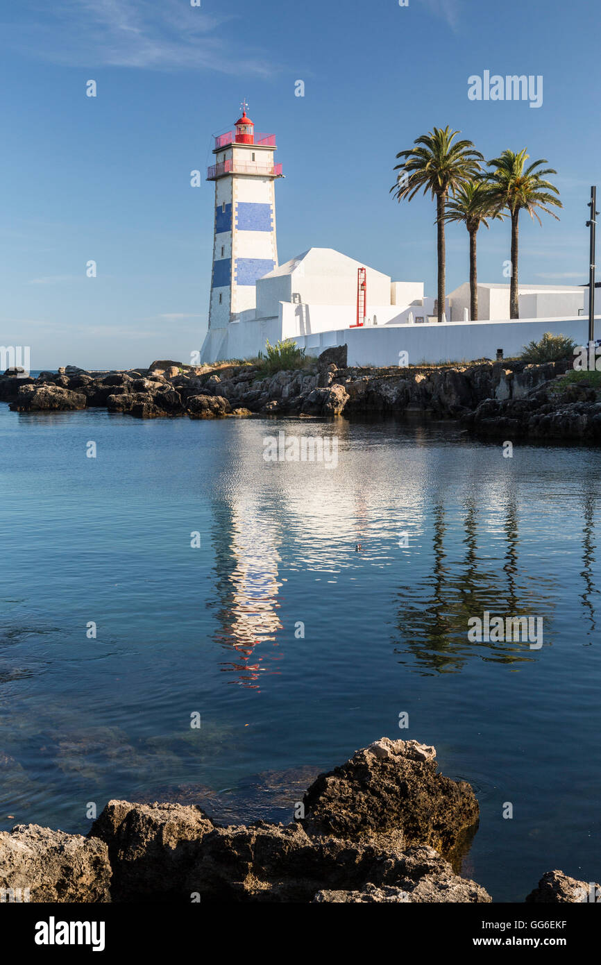 Le phare reflète dans le bleu de l'eau sous le ciel d'été bleu, Cascais, Estoril Coast, Lisbonne, Photo Stock