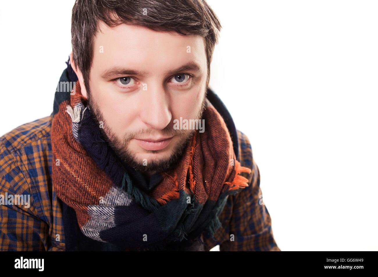 L homme froid. Jeune homme malade avec nez rouge, écharpe, éternuer dans un  mouchoir. L abus de drogues ou de médicaments, les soins de concept 434a5a571f6