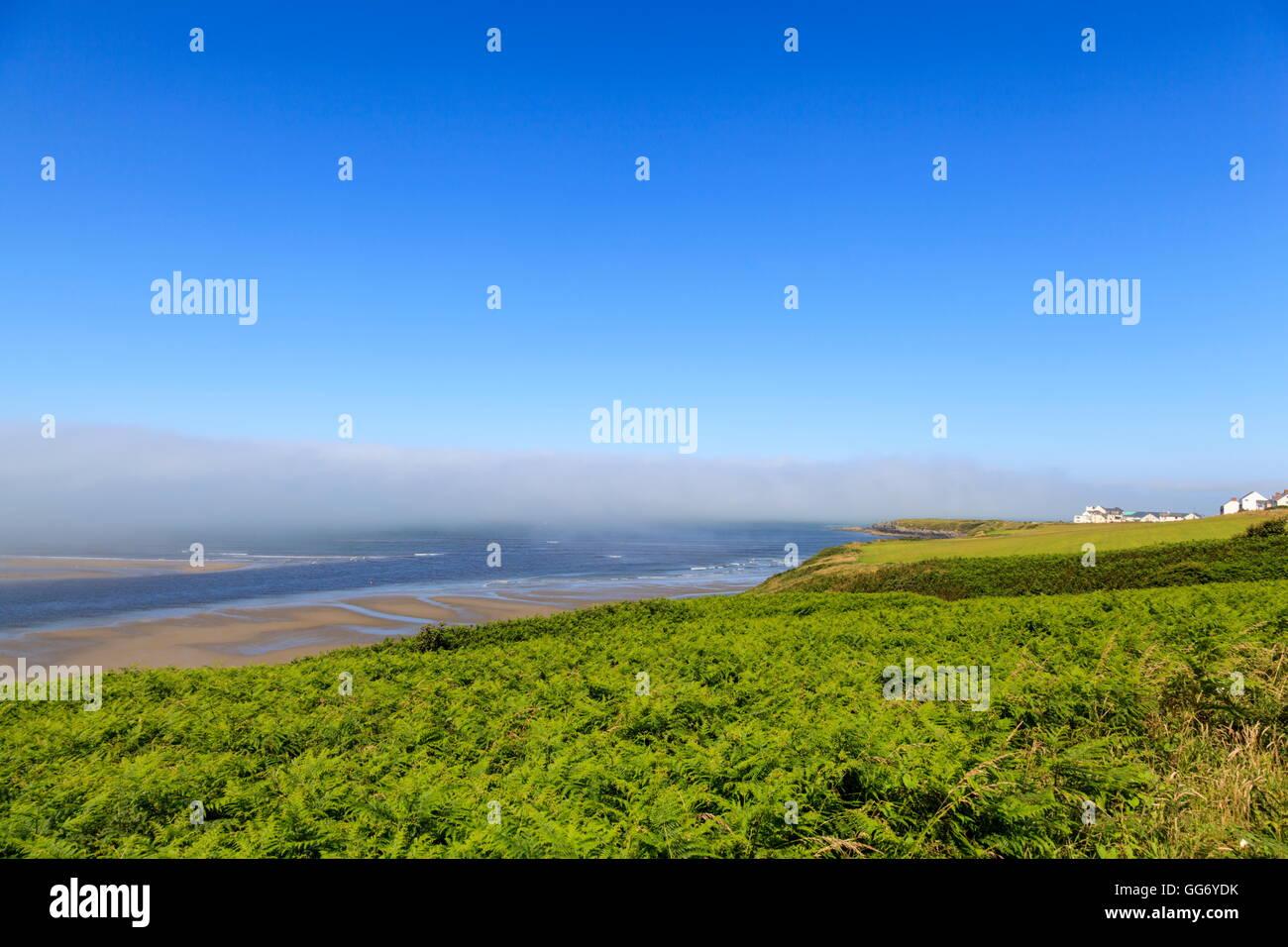 Sea mist rolls dans plus de la Teifi estuaire, Gwbert sur mer; Ceredigion Banque D'Images