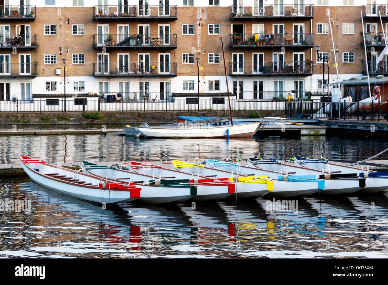 Ligne d'embarcations décorées de couleurs différentes, amarré à Millwall Dock externe Photo Stock
