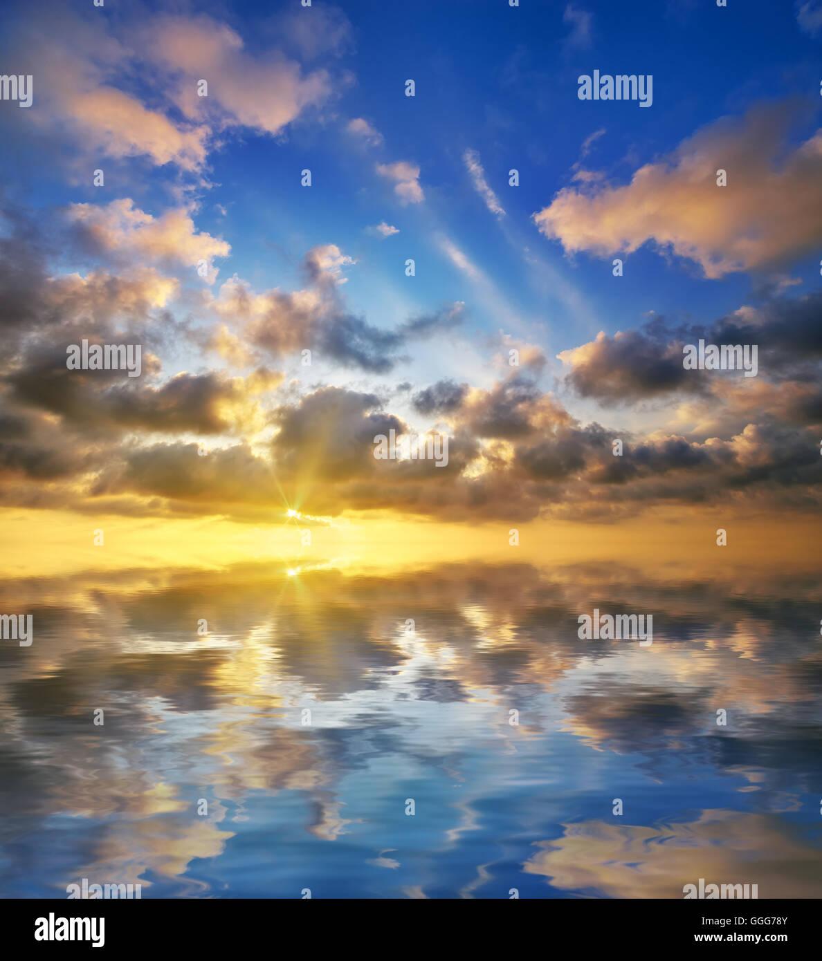 Magnifique coucher de soleil sur la mer. beau seascape Photo Stock