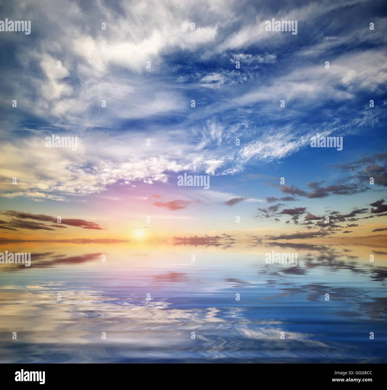 Beau paysage marin. Ciel bleu profond en journée ensoleillée. Fond de Ciel. Photo Stock
