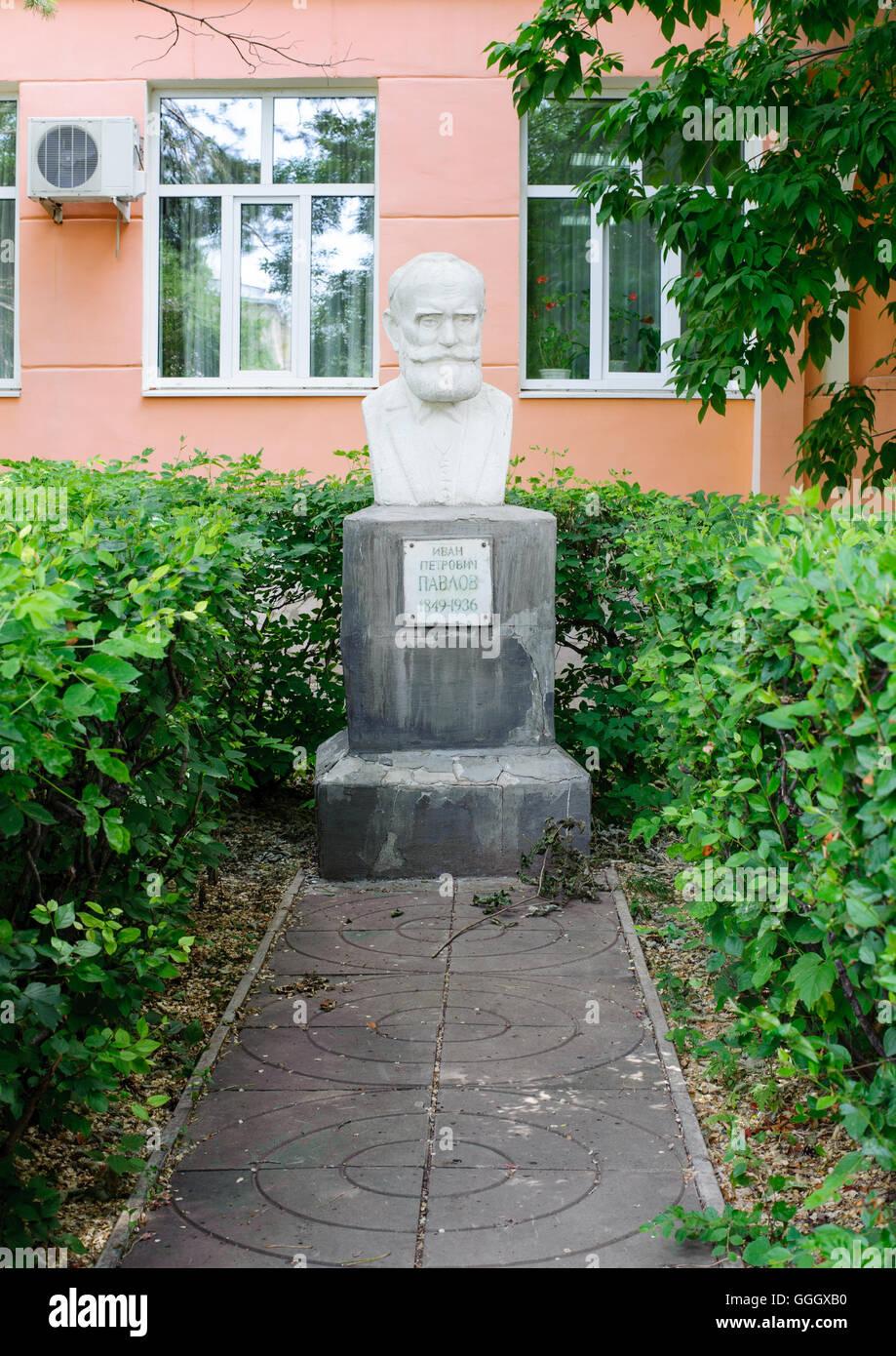 Monument pour Ivan Petrovitch Pavlov le premier Russe Prix Nobel d'Orenbourg, Russie Photo Stock
