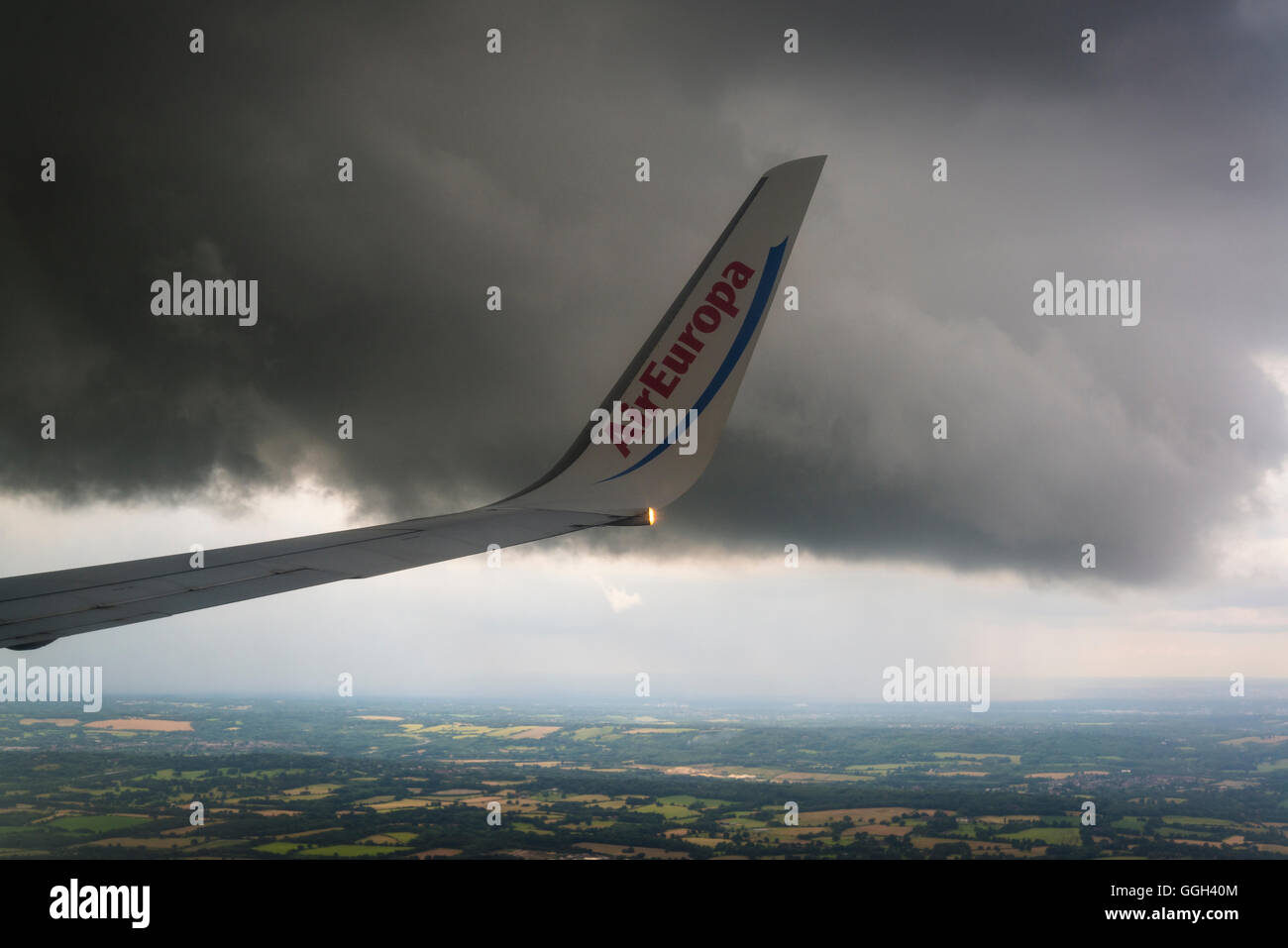 Air Europa wing volant sous nuage noir Photo Stock