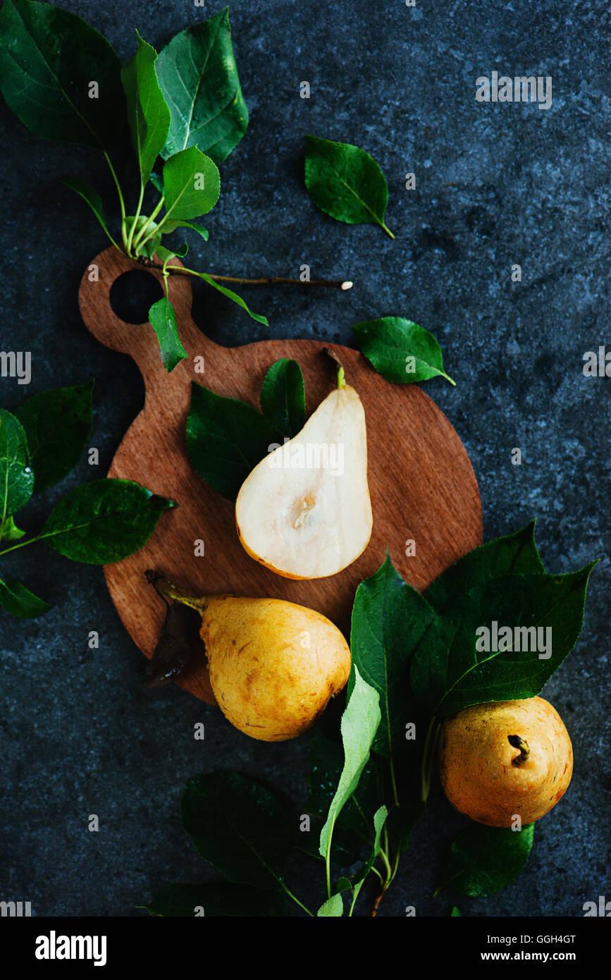 Planche à découper en bois avec les poires Photo Stock