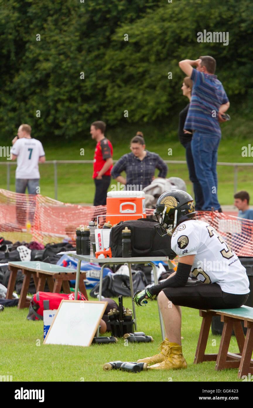 British American football assis sur un côté de spectateurs dans l'arrière-plan Photo Stock