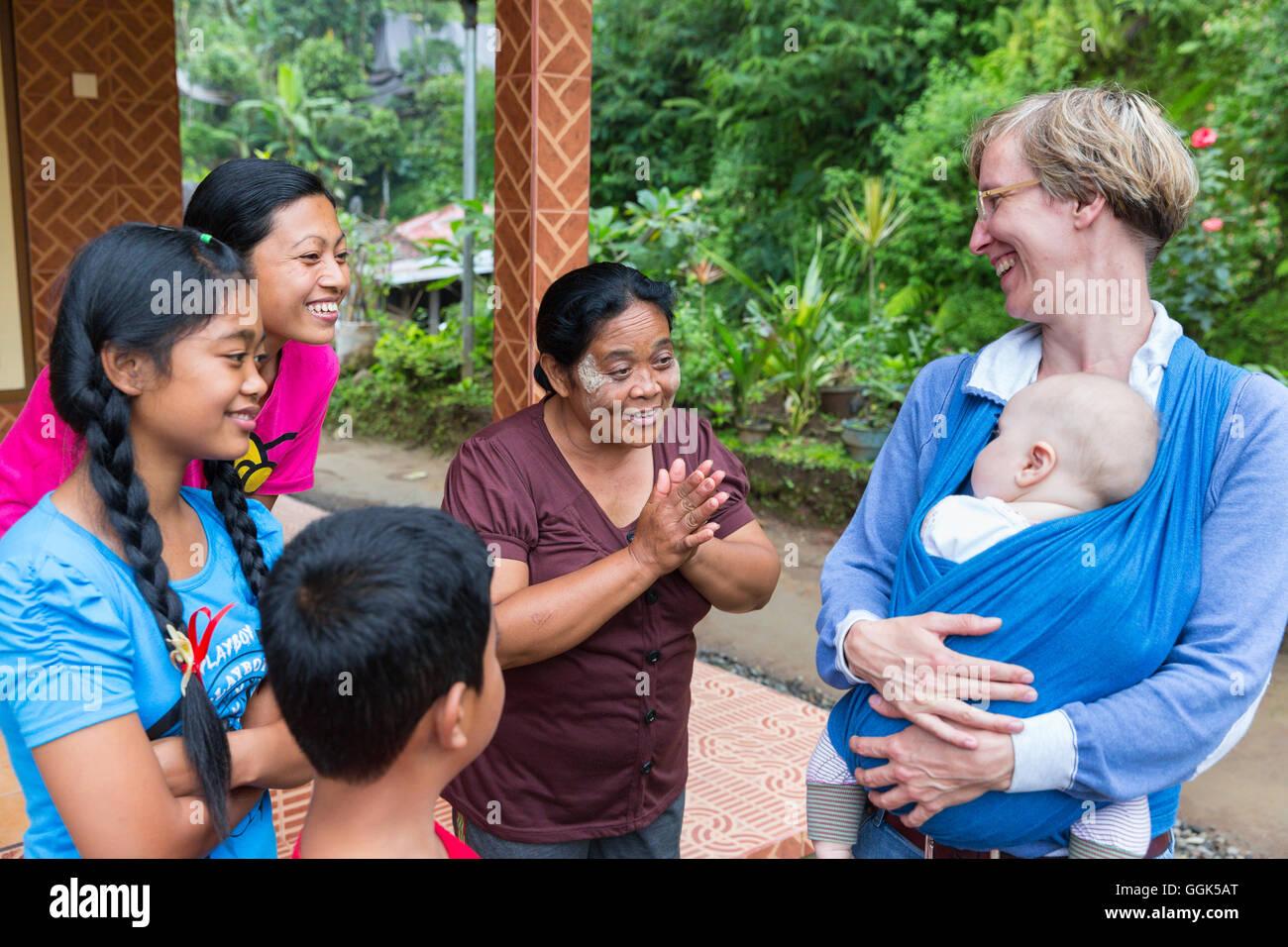 f8fd1b89d600 Famille balinaise jouant avec l allemand, l envelopper bébé, porte-bébé