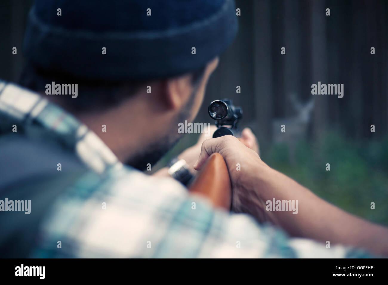 L'Interracial hunter dans la forêt Banque D'Images