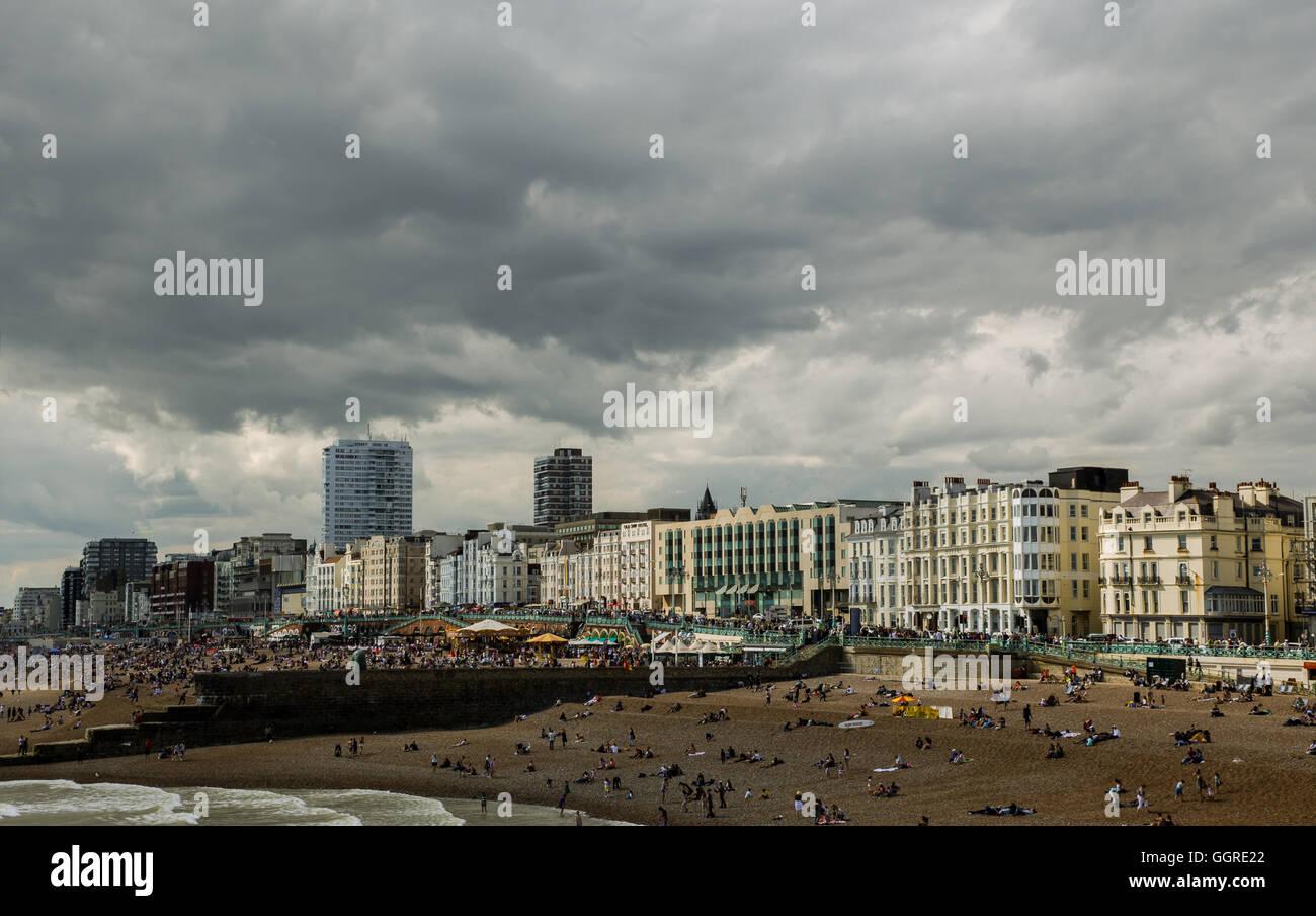 La plage de Brighton, ciel nuageux Photo Stock