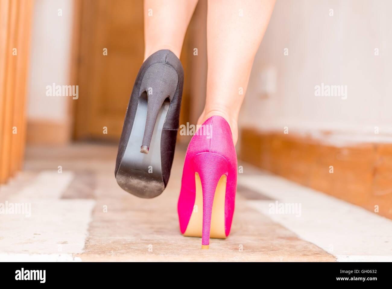 1c9b2ea7b279b Femme portant des chaussures bizarres Photo Stock