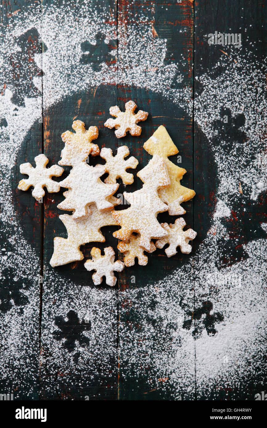 Gingerbread cookies avec du glaçage sur fond rustique Photo Stock