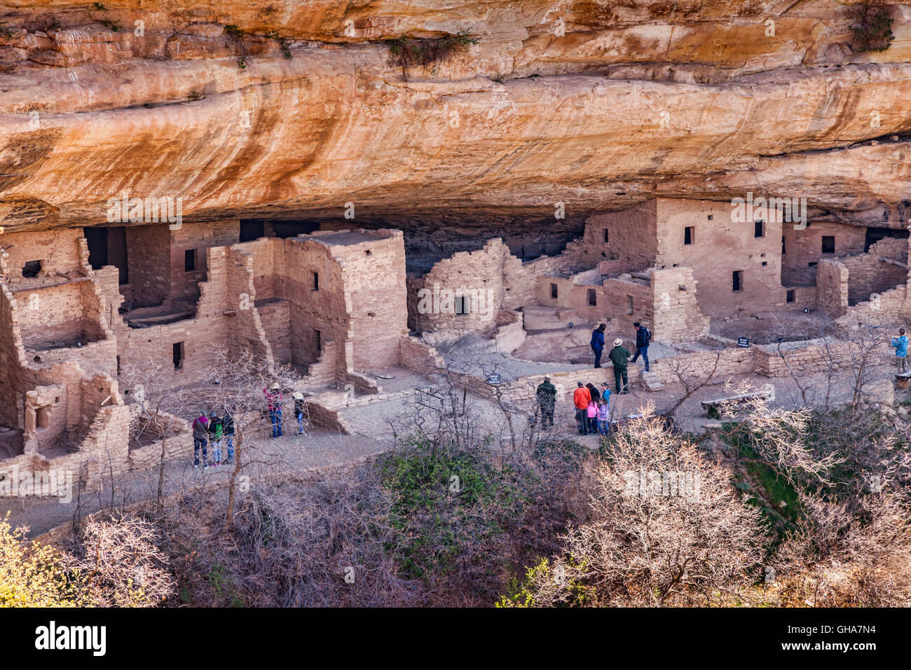 Visiteurs à la maison de l'habitation d'une falaise dans le Parc National de Mesa Verde, Colorado, Photo Stock
