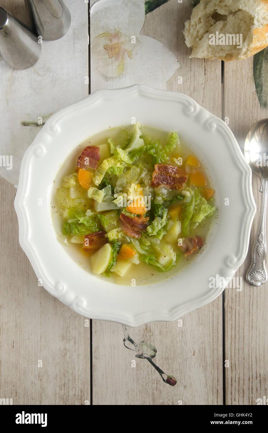 Soupe de pommes de terre et chou aux lardons Photo Stock