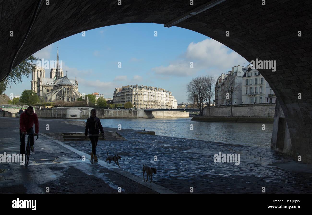 Les coureurs s'exécutant sous le pont de la Tournelle sur la rive gauche de la Seine, Paris, France Photo Stock