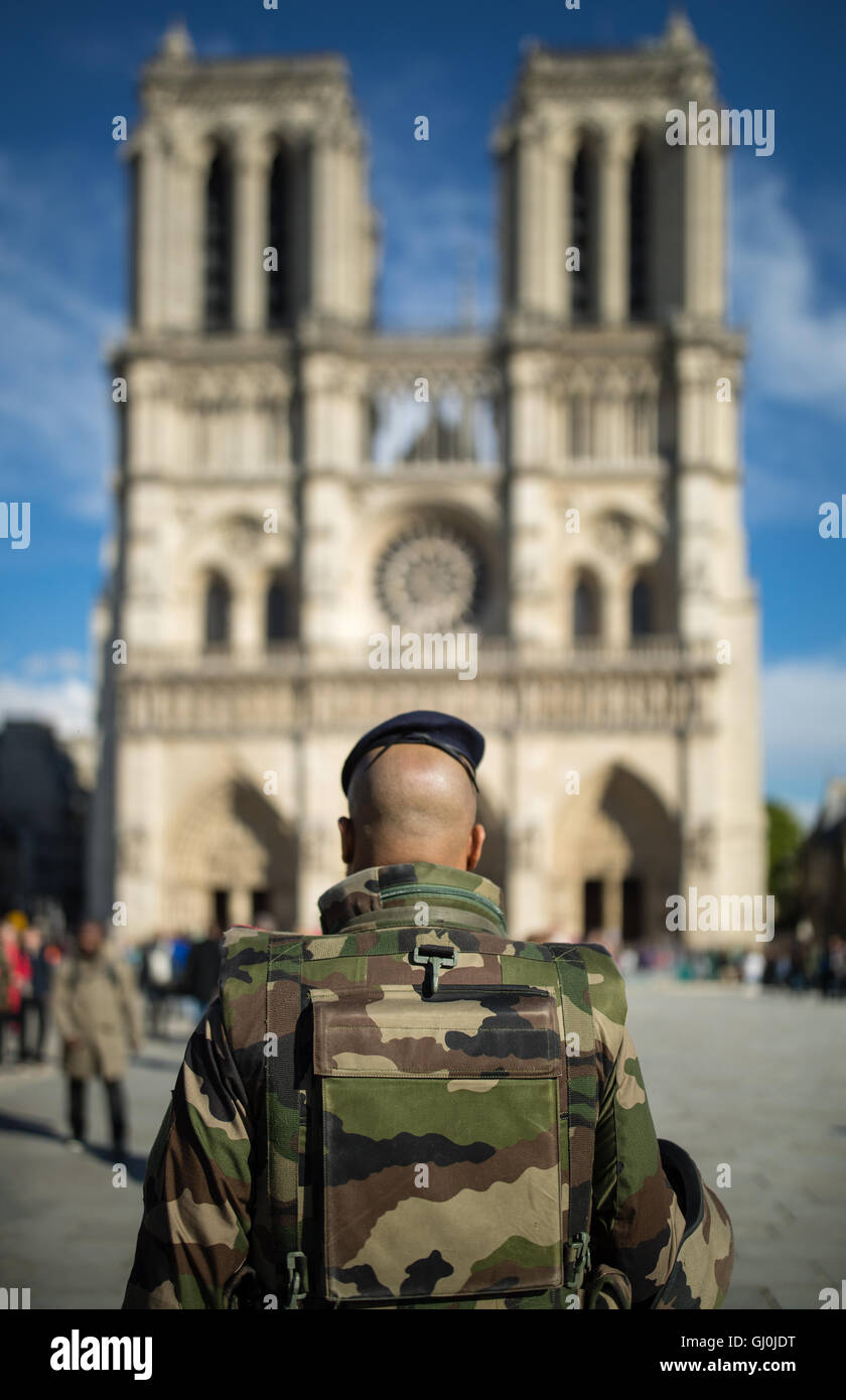 Soldats patroling en face de Cathédrale Notre Dame, l'Île de la Cité, Paris, France Photo Stock