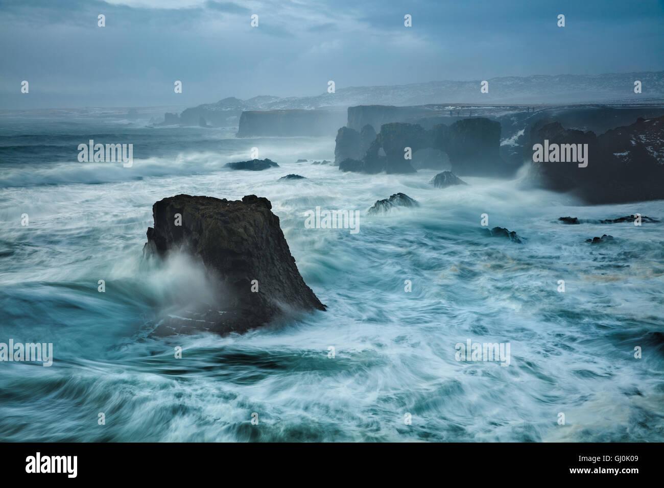 Une tempête hivernale sur la côte près de Arnastapi, péninsule Snaefellsness, Islande Photo Stock
