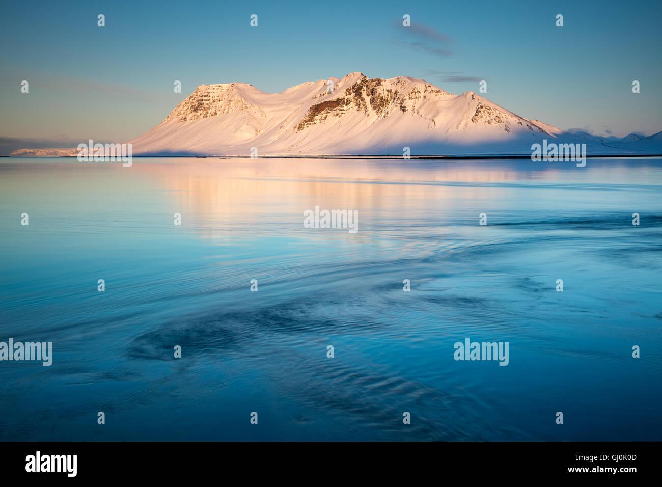 Bjarnarhafnarfjall reflète dans Urthvalagjordur au crépuscule, péninsule Snaefellsness, Islande Photo Stock