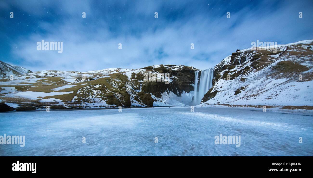 Skógafoss par moonlight, le sud de l'Islande Photo Stock