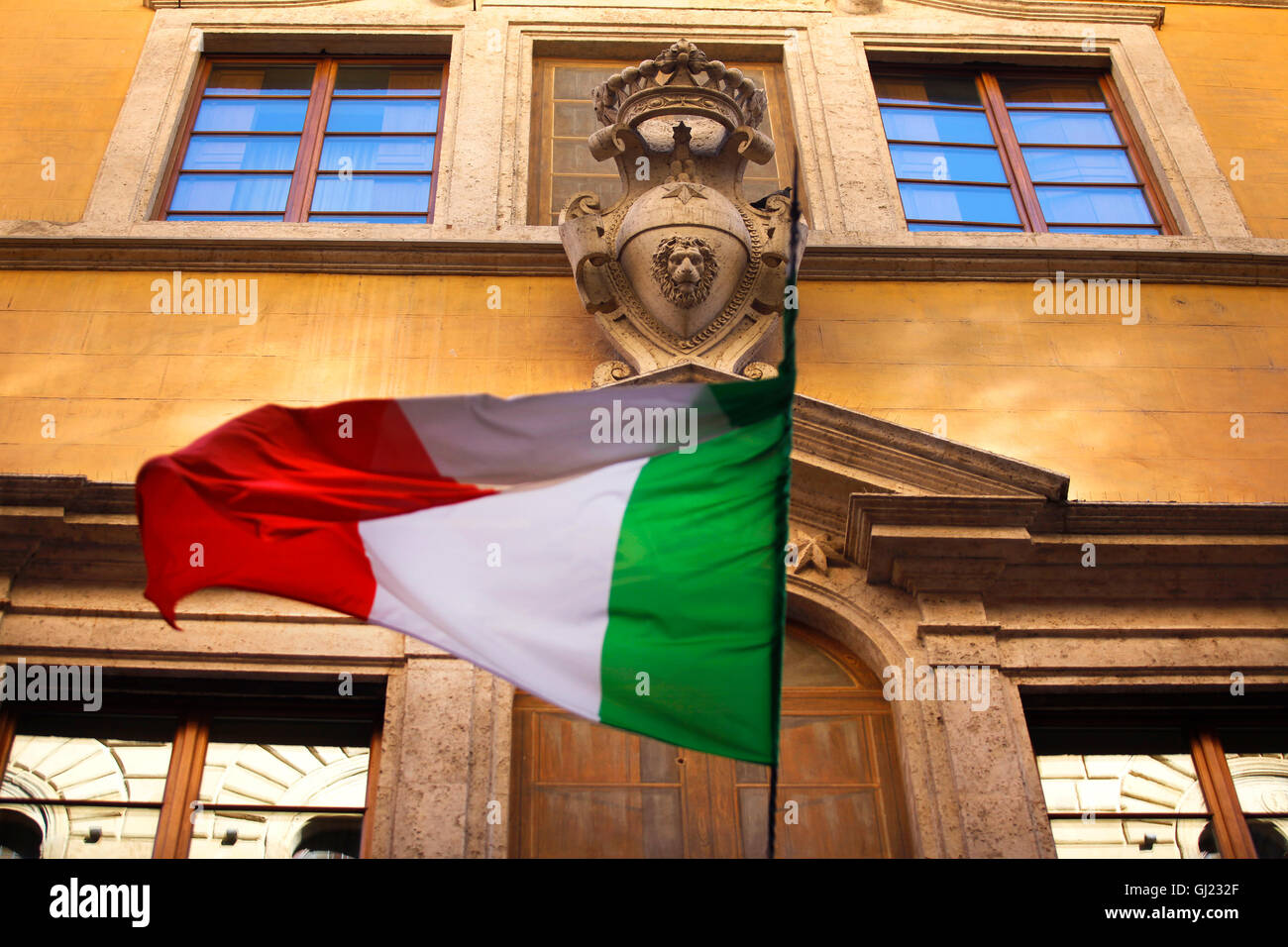 Drapeau Italien sur la Via Banchi di Sopra, à Sienne, en Italie. Photo Stock