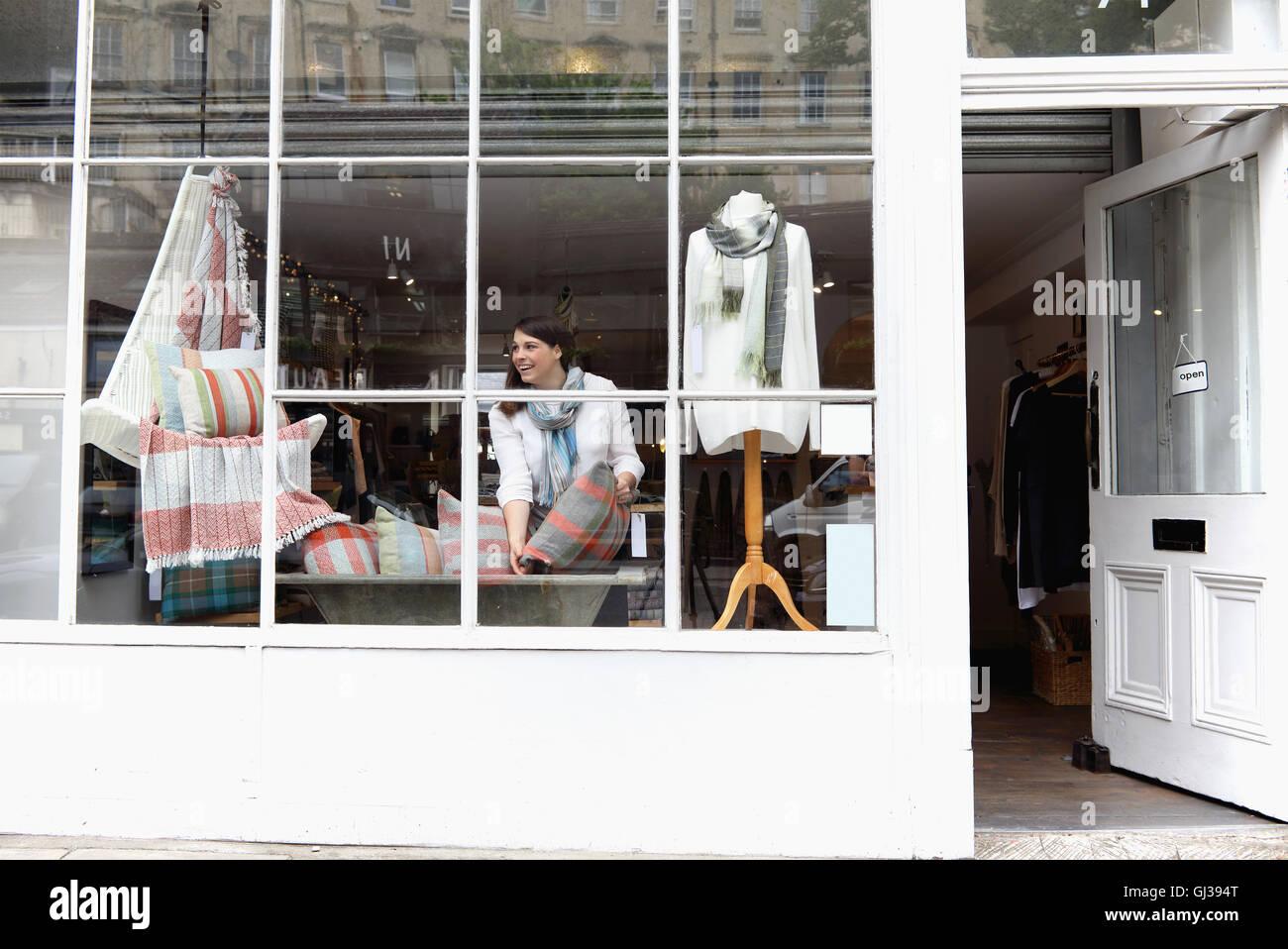 Propriétaire de boutique d'organiser l'affichage de la fenêtre Photo Stock
