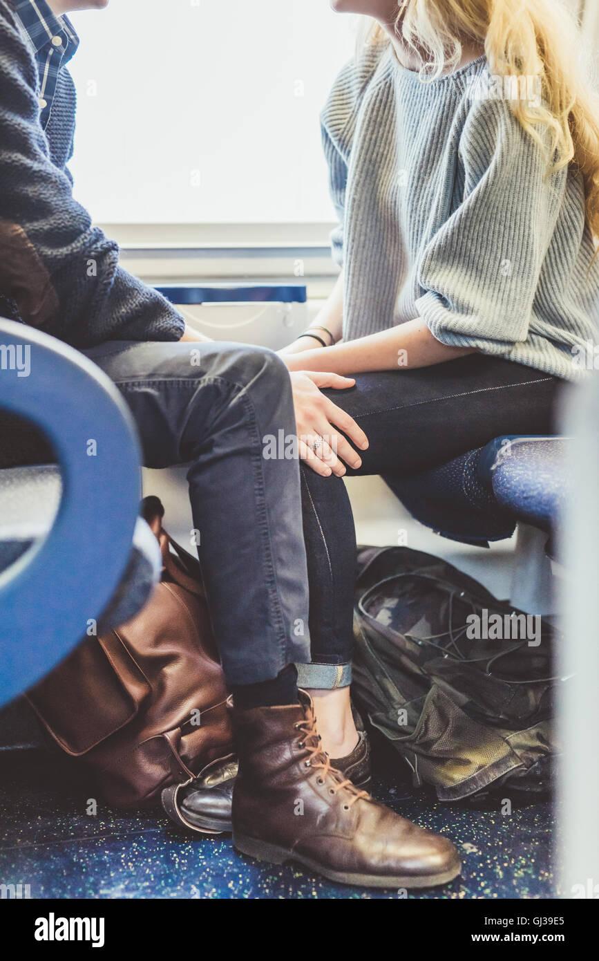Vue vers le bas du cou du jeune romantique couple voyageant en train, Italie Photo Stock