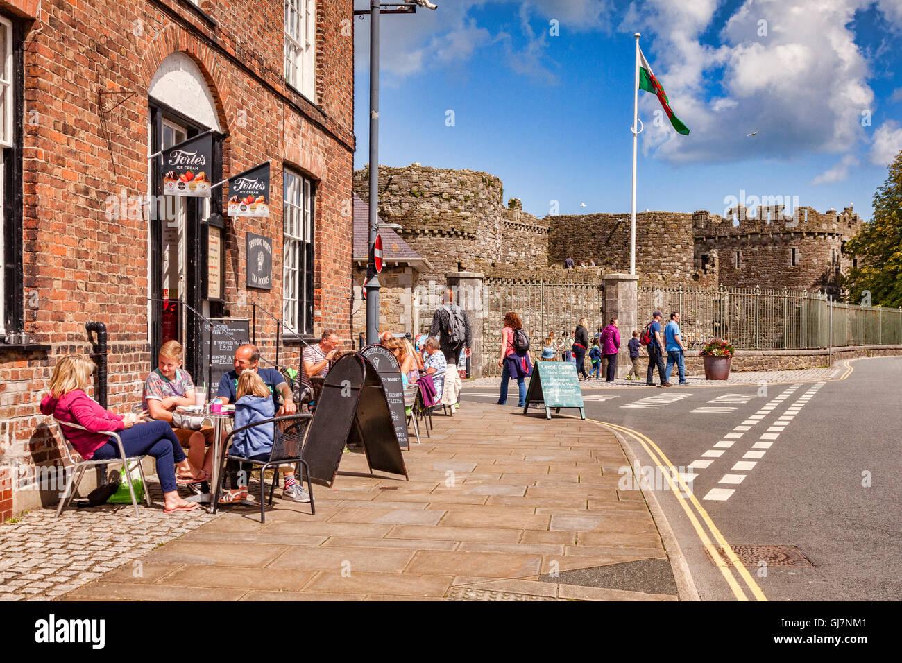 Les vacanciers à la terrasse d'un café à Beaumaris, Anglesey, Pays de Galles, Royaume-Uni, avec Photo Stock