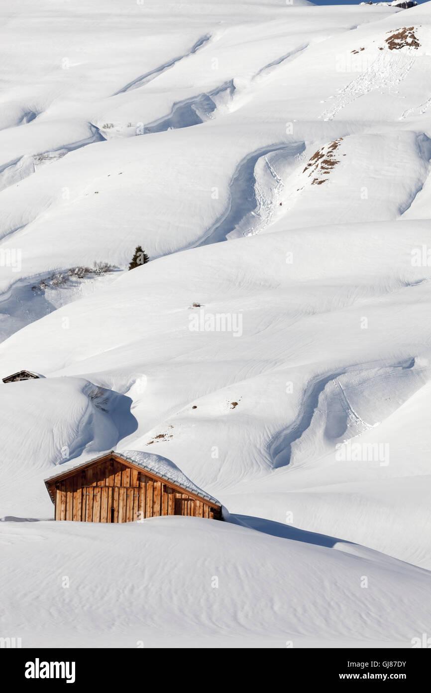 Cabane en bois traditionnel dans la neige, les Alpes autrichiennes, Banque D'Images