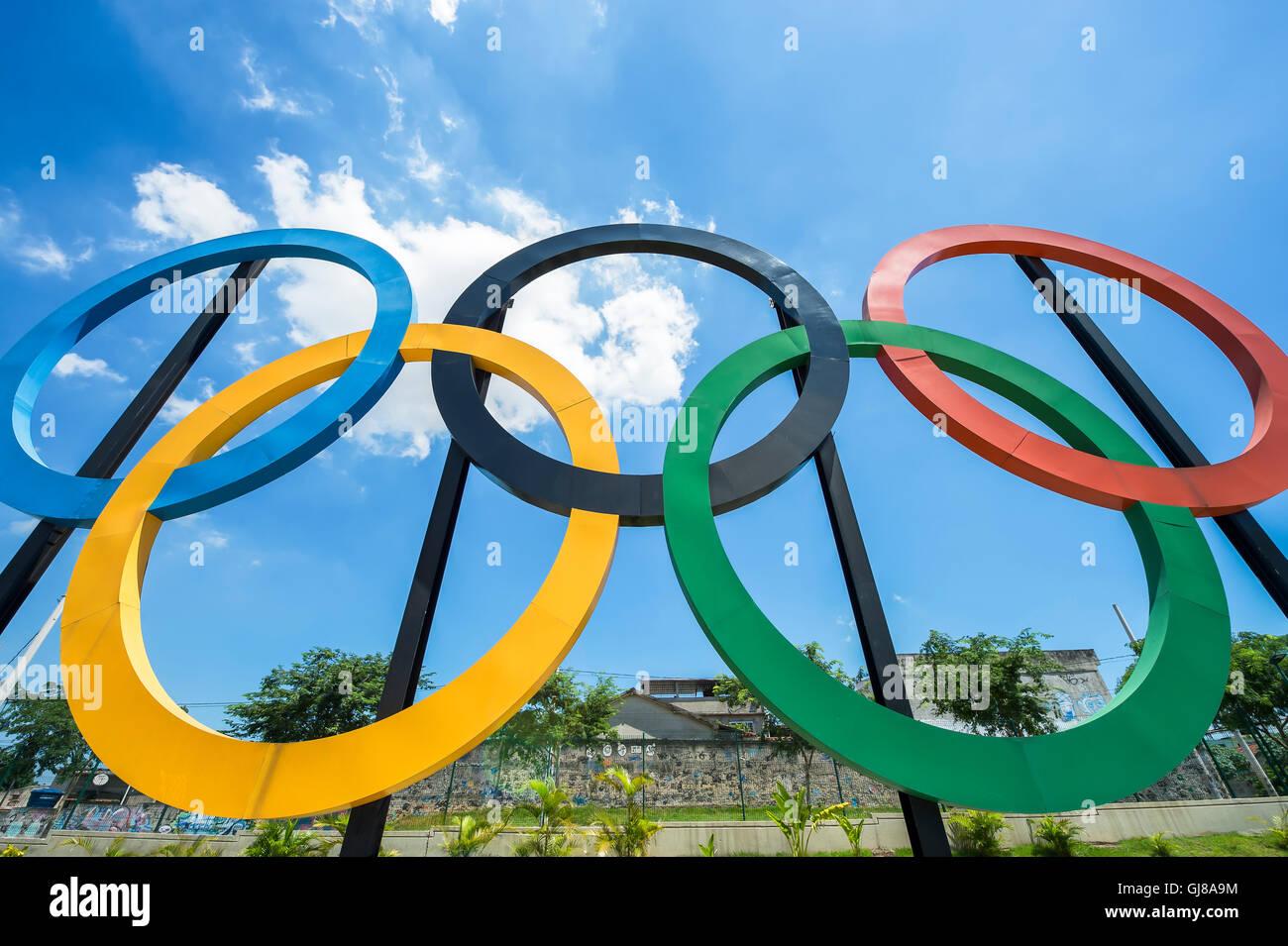 RIO DE JANEIRO - le 18 mars 2016: anneaux olympiques se tiennent contre ciel bleu dans le parc Parque Madureira, Photo Stock