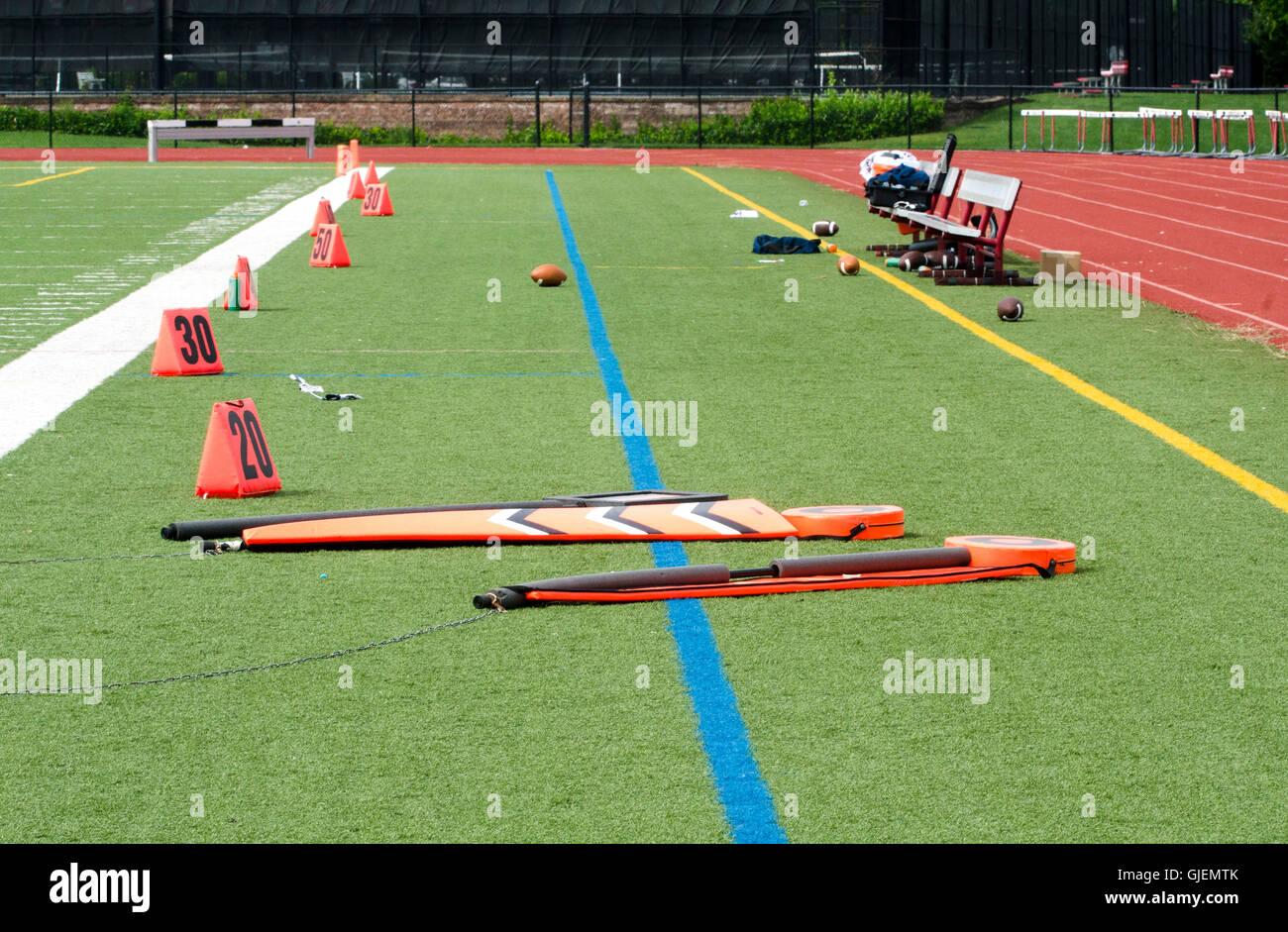 Les marqueurs de champ Orange sur terrain de football Photo Stock