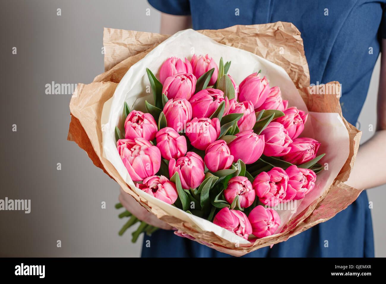 Fille Fleuriste Fleurs Avec Des Tulipes Roses Ou Jeune Femme