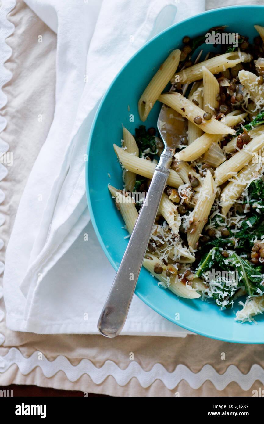Kale et plat de pâte seule portion avec serviette blanche Photo Stock