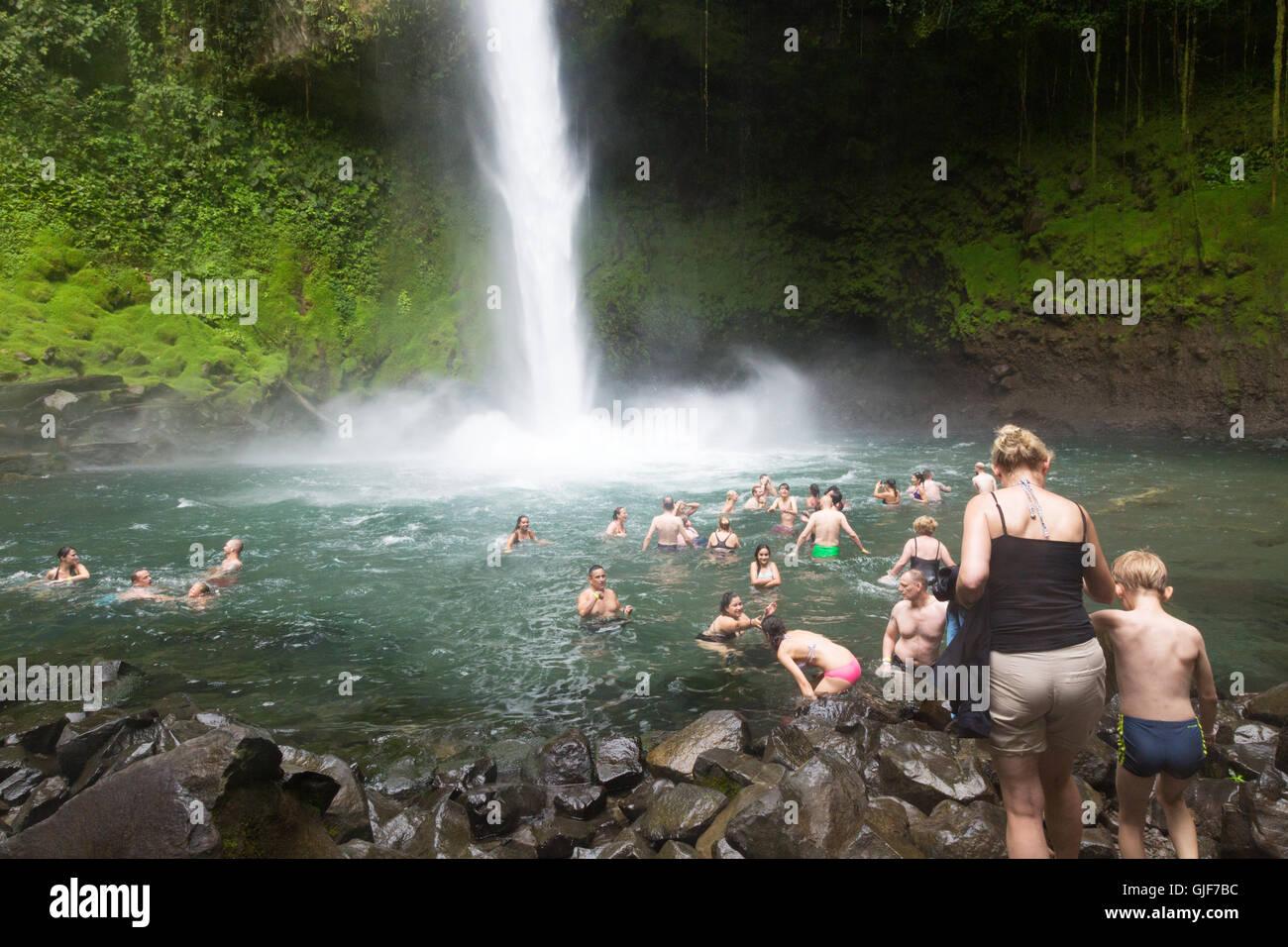 Les touristes la natation dans la cascade de La Fortuna, la Fortuna, Arenal, Costa Rica, province de l'Amérique Photo Stock